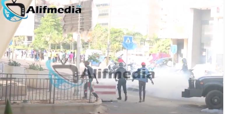 Video: Des Guinéens Gazés aux lacrymogènes devant leur ambassade au Sénégal