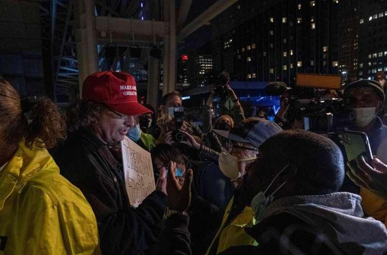 Présidentielle américaine : tensions à Detroit et Phoenix, manifestation à New York