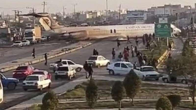 En Iran, un avion de ligne rate son atterrissage… et finit sa course sur l'autoroute