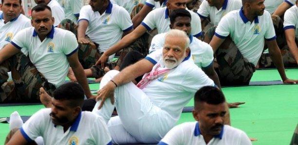 Faire du yoga face au Covid ? En Inde, l'idée est vantée par le premier ministre Modi