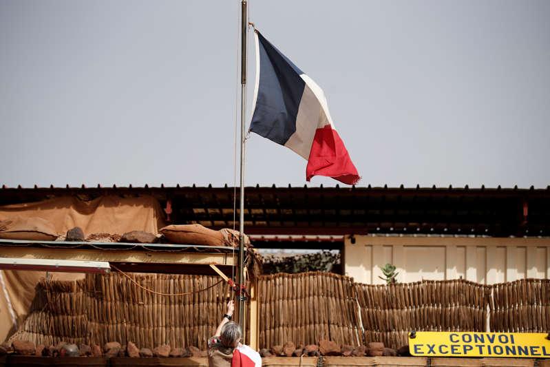 La France suspend ses opérations militaires conjointes au Mali
