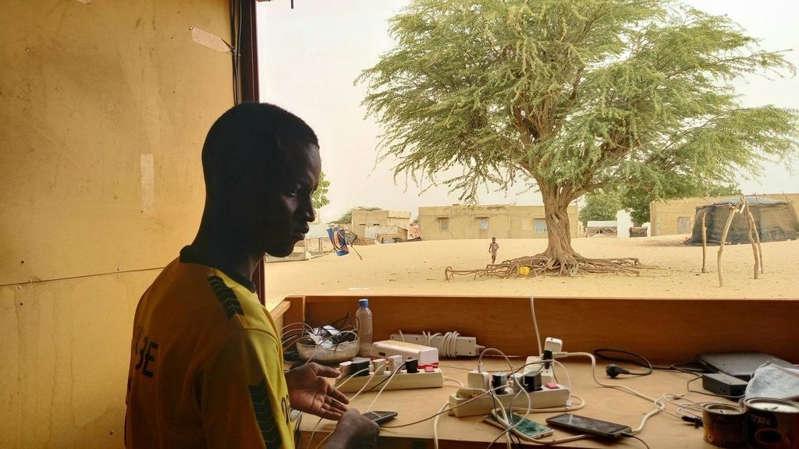 Sénégal: bienvenue à la «boutique» d'Al Ngourane, où l'on recharge son portable grâce au soleil