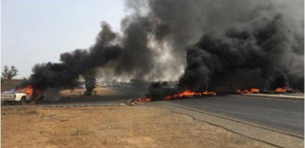 Manifestations à l'université de Thiès : Les étudiants barrent la route et incendient un véhicule