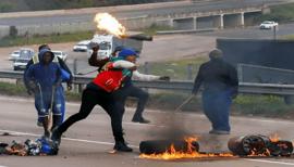 Violences en Afrique du Sud: les partisans du président Zuma se révoltent et pillent des magasins